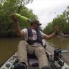 Un pêcheur proche de se faire mordre par un alligator